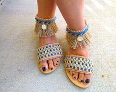 """Sandalias de las mujeres de la mano Boho, griego Natural de cuero con flecos de arpillera, cuerda, tela étnica azul, encanto de mal de ojo, """"HULA"""""""