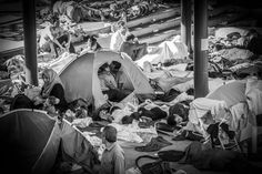 """"""" A young couple kiss in a tent in Keleti station in Budapest, surrounded by other refugees. Photograph: Istvan Zsiros photographing a tender moment amid the refugee crisis """" Anish Kapoor, Robert Doisneau, Henri Cartier, Moving Photos, Powerful Pictures, Diane Arbus, Refugee Crisis, Syrian Refugees, Couples Images"""