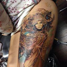 Tattoo Frau im Gewand Oberschenkel