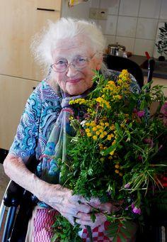 oude tante met een prachtig veldboeket