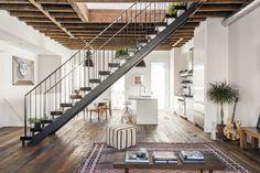 A pedido dos moradores desta casa no Brooklyn, distrito da cidade de Nova York, nos Estados Unidos, o escritório Elizabeth Roberts Architecture and Design derrubou muitas paredes e substituiu praticamente todos os revestimentos da morada para que o resultado fosse um espaço amplo e aberto, como um loft.