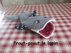 trousse requin Prout, Animal Quilts, Kids Christmas, Handicraft, Sewing Patterns, Diy Crafts, Pencil Cases, Peter Rabbit, Kindergarten