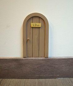 Puerta marrón para el ratón Pérez. Con forma redonda, como las típicas ratoneras. Esta puerta solo puede ser abierta por la magia del Ratoncito Pérez. Ilustrada imitando la veta de la madera. Un puerta para el ratoncito Pérez con diseño original de La iluminista.