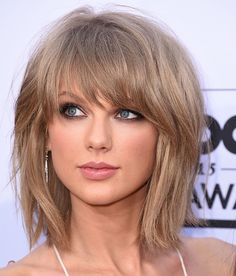From romantic ringlets to the blunt bangs you probably copied, these are the Taylor Swift hair moments that will go down in history. Short Bob Hairstyles, Hairstyles With Bangs, Diy Hairstyles, Taylor Swift Haircut, Taylor Swift Hairstyles, Taylor Swift Hair Color, Taylor Swift Short Hair, Red Taylor, Medium Hair Styles