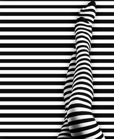 Black n white stripes :) Op Art, Illustration Ligne, Foto Picture, Black White Stripes, Light And Shadow, Optical Illusions, Black And White Photography, Photos, Prints