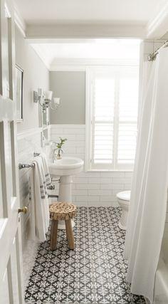 Salle de bain blanche et grise.