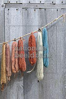 Gekleurde strengen wol hangen in de zon te drogen