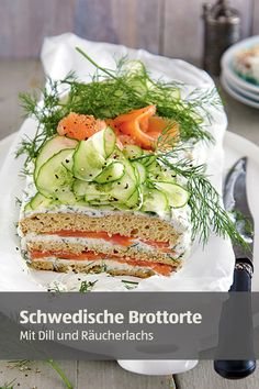 Smörgåstårta: Ein Klassiker der schwedischen Küche, die insbesondere zu besonderen Anlässen auf den Tisch kommt. Aber auch zum Picknick im Grünen eignet sich die Brottorte wunderbar.  #picknickideen #lecker Green Candy, Xmas Food, Soul Food, Avocado Toast, Coco, Healthy Recipes, Snacks, Eat, Breakfast