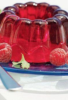 Amesteci zmeura cu zaharul, zeama de lamaie si sucul de mere. Pui totul la fiert pana fructele se zdrobesc usor. Intr-o sita asezi o bucata de tifon si torni fiertura de zmeura. Fara a presa fructele, lasi sa se adune tot sucul, care trebuie sa fie cat mai limpede. Inmoi in apa rece ambele feluri …