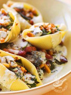 I Conchiglioni con burrata e spinaci piacciono sempre a tutti. Facili e a base di ingredienti genuini, soddisferanno anche i palati più difficili.