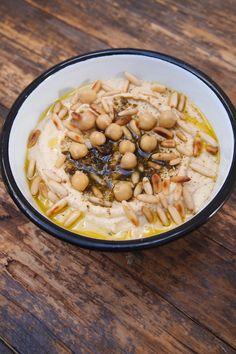 Voici une nouvelle recette ultra facile et qui sera parfaite cet été en accompagnement d'une salade. J'adore le houmous, vous savez cette purée de pois chiche dans laquelle les Israéliens et Libanais adorent tremper du pain Pitas. C'est très simple à faire, mais il vous faudra un ingrédient magique: du Tahin aussi appelé Tahini ou …