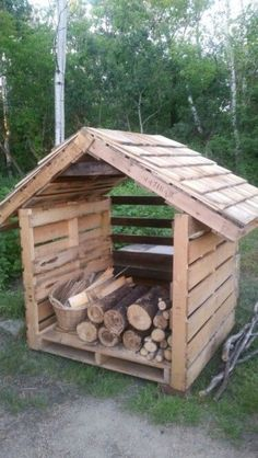 You want to build a outdoor firewood rack? Here is a some firewood storage and creative firewood rack ideas for outdoors. Outdoor Firewood Rack, Firewood Shed, Firewood Storage, Wood Storage Rack, Pallet Storage, Storage Ideas, Creative Storage, Pallet Shed, Pallet House