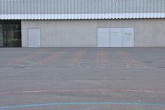 Sockel aus Beton mit Türen, Sporthalle Hardau, gebaut von weberbrunner Architekten(2007), Bullingerstrasse 80,8004 Zürich,Schweiz #architektur #architecture Garage Doors, Outdoor Decor, Home Decor, Pedestal, Architects, Travel, Decoration Home, Room Decor, Interior Design