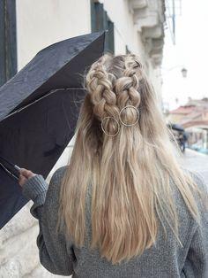 """Eine super süße und einfache Frisur zum Nachmachen mit meinen Lieblings-Haarspangen von """"clara himmel"""" - Anleitung dazu gibt es im Link hinter dem Bild. Frisuren - Haare flechten - geflochtene Haare - lange Haare - mittellange Haare - einfache Frisur mit Haarspangen - Haarschmuck - Kreise"""