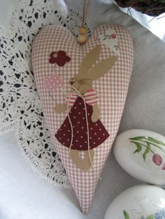 Sweet heart with a bunny in love for your Easter decoration. Hanging ribbon: jute ribbon with wooden beads Copyright holzperlen Valentine Crafts, Easter Crafts, Holiday Crafts, Fun Crafts, Diy And Crafts, Valentines, Machine Quilting, Machine Embroidery, Rabbit Crafts