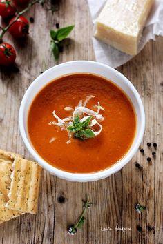 Supa crema de rosii cu busuioc si parmeza, reteta pentru un pranz rapid. Vezi cum se face supa crema de rosii cu coaja de parmezan. Dash Recipe, Soup Recipes, Vegan Recipes, Romanian Food, Tomato Soup, Curry, Food And Drink, Cooking, Ethnic Recipes