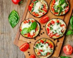 lowcarb : The Best Low-Carb Eggplant Pizzas You Can Make at Home Eggplant Pizza Recipes, Eggplant Pizzas, Lunch Recipes, Diet Recipes, Breakfast Recipes, Healthy Recipes, Healthy Eggplant, Food Porn, Salty Foods