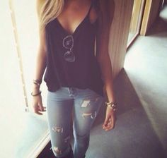 Simple skinnies and v-neck camisole.....summer lunch go to