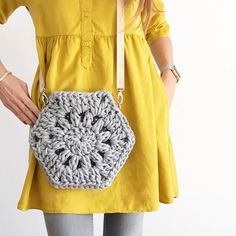 New crochet bag tutorial tuto sac Ideas Crochet Bag Tutorials, Crochet Purse Patterns, Crochet Motifs, Crochet Basics, Diy Crochet, Crochet Crafts, Crochet Handbags, Crochet Purses, Tshirt Garn