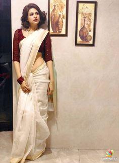 How to Get A Designer Saree Look with a Simple Saree. How to Get A Designer Saree Look with a Simple Saree. Indian Beauty Saree, Indian Sarees, Bengali Saree, Bollywood Saree, Kerala Saree Blouse Designs, Cotton Saree Blouse Designs, Blouse Patterns, Sari Bluse, Indische Sarees