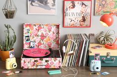 tudo retrô! toca discos florido, câmeras instax estilo polaroid, maleta bicolor e posters vintage para complementar