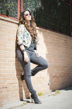 CHALECO FLORES-TACONES-DENIM- #Style #Streetstyle #Fashionista #Blogger #StyleBlog #Clothing #Lookbook #WomensFashion #FBloggers #Blogging #StyleBlogger #Clothes #estampado #girl #sudadera #tacones #denim