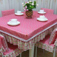 Toalha de mesa e cadeiras