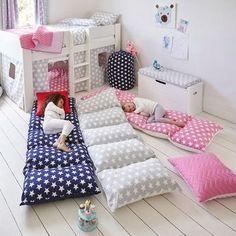Veja como fazer um fantástico colchão de almofadas para as crianças descansarem, verem TV, jogarem ou dormirem, com passo a passo e várias fotos.