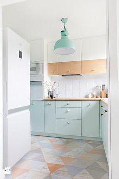 Beautiful pastel kitchen, gorgeous floor tiles and mint cupboards. Cozinha em branco e tons past& Design de interiores: Boho Est& Two Tone Kitchen Cabinets, Upper Cabinets, Green Cabinets, White Cabinets, Colored Cabinets, Modern Cabinets, Pastel Interior, Cuisines Design, Küchen Design