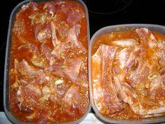 Maso omyjeme, bůček nakrájíme na tenké plátky, nasolíme, opepříme a ponoříme do marinády ze sojové omáčky, piva, koření a prolisovaného... Food 52, Pesto, Barbecue, Ham, Sausage, Bacon, Pork, Food And Drink, Sweets