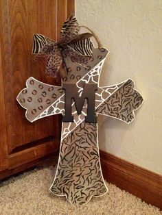 Ideas for Decorating Wooden Crosses – Decorating Project Design Wooden Crosses, Crosses Decor, Wall Crosses Diy, Painted Crosses, Mosaic Crosses, Diy Arts And Crafts, Wood Crafts, Fun Crafts, Cross Door Hangers