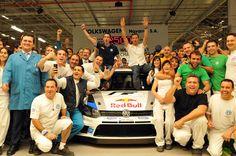 Sébastien Ogier visita Volkswagen Navarra, fabricante del Polo R WRC. El equipo Volkswagen Motorsport, con el piloto Sébastien Ogier, campeón del WRC 2013, a la cabeza, visitó ayer las instalaciones de VW Navarra, donde se fabrica el Polo R WRC que tantos éxitos deportivos ha dado este año.     Recibido po