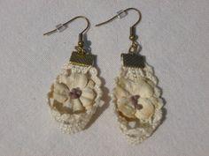 Boucles d'oreilles dentelle écrue et fleurs : Boucles d'oreille par creareves