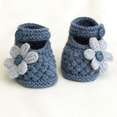 Baby Knitting Pattern super cute baby shoes in blue Cute Baby Shoes, Knitted Baby Clothes, Crochet Baby Shoes, Crochet Baby Booties, Crochet Slippers, Baby Bootees, Kids Crochet, Baby Knits, Baby Knitting Patterns