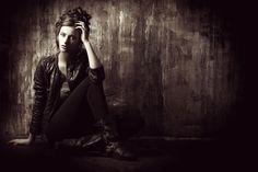 Auch für Portraitfotos kann das Spiel mit Licht und Schatten genutzt werden, um besondere Effekte und Atmosphären zu erzeugen. So wirken die Portraits besonders dramatisch.  #fashionpics #fotolight #portraits Fotos fürs Leben gibt euch einige Tipps zur Aufnahme von Portraits unter: http://www.fotos-fuers-leben.ch/fotokurs/fashion-fotografie/tipps-fur-gelungene-portraitfotos/