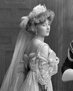Lady Crofton presented at court; Lady Crofton, née Frances Margaret Irby (d. only daughter of Lt. (as first wife) Sir Morgan George Crofton, Bt. Vintage Outfits, Vintage Gowns, Vintage Wedding Photos, Vintage Bridal, Vintage Weddings, Lace Weddings, Edwardian Fashion, Vintage Fashion, Edwardian Era