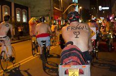 Com concentração na Praça do Ciclista, na avenida Paulista, a partir das 18h, a organização convida a todos a participarem com (ou sem) os trajes que quiserem.