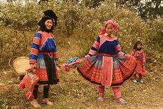 https://flic.kr/p/yMZA2 | northern vietnam flower h'mong | The Flower H'mong wear elaborate outfits.