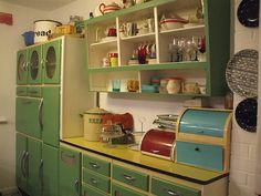 nice 46 Impressive Kitchen Retro Design Ideas For Best Kitchen Inspiration Kitchen Retro, Vintage Kitchen Cabinets, Kitchen Cupboards, Kitchen And Bath, Green Kitchen, Kitchen Refrigerators, Green Cabinets, Kitchen Walls, Kitchen Rustic