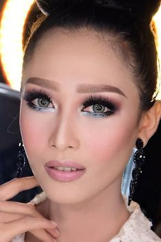 Evening makeup idea for asian eyes. Do you wonder how to apply makeup to Asian eyes so that to compliment them most? Truly, when it comes to monolid, hooded, and small eyes, the makeup application might be a bit challenging. However, you do not need to worry because we have a guide that will help you enhance your eyes. #makeup #asianeyes #makeupideas