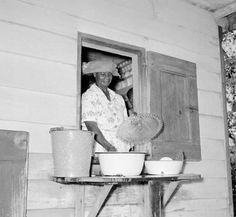 Moesje doet de afwas. Paramaribo 1955.