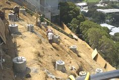 Construction On Steep Hill - Pool Cliff House, House On A Hill, Houses On Slopes, Modern Tropical House, Hillside House, House On Stilts, Hillside Landscaping, Underground Homes, Steel House