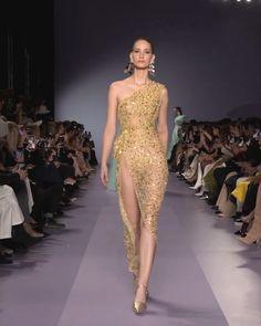 Georges Hobeika Look Spring Summer 2020 Haute Couture Collection. - Embellished One Shoulder Slit Golden Evening Dress. Glam Dresses, Elegant Dresses, Pretty Dresses, Beautiful Dresses, Fashion Dresses, Runway Fashion, Fashion Show, Modelos Fashion, Haute Couture Fashion
