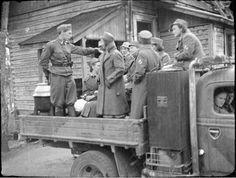 """Lottien kanttiini lähdössä etulinjan joukkoihin. Kuva otettu Luumäen """"""""Lepopirtin"""""""" pihassa 29.6.41 klo 18.30.  Luumäki, Miehikkälä 1941.06.29. SA-kuva."""