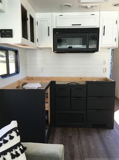 Best Modern Rustic Farmhouse RV Makeover Interior And Decor 2019 18 Rustic Outdoor Kitchens, Rustic Farmhouse, Farmhouse Style, Kitchen Backsplash, Backsplash Ideas, Kitchen Wood, Diy Rv, Rv Makeover, Remodeled Campers