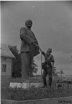 Finnish soldier shaking hand with Lenin. Räisälä 1941.08.19