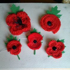 Some poppy brooches I crocheted last night. Crochet Craft Fair, Bead Crochet, Crochet Crafts, Crochet Poppy Pattern, Crochet Patterns, Crochet Ideas, Diy Flowers, Crochet Flowers, Knitted Poppies