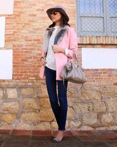 Abrigo rosa + Chaleco de pelo gris  http://www.betrench.com/2014/12/abrigo-rosa-chaleco-de-pelo-gris.html