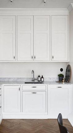 Classic kitchen with a fresh look Kitchen Kitchen Cabinet Handles, New Kitchen Cabinets, Kitchen Layout, Kitchen Storage, Kitchen Counters, Kitchen Organization, Kitchen Utensils, Kitchen Interior, Kitchen Decor