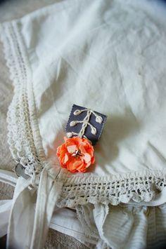 隠れ家から新作をお届けします!甘い勲章・・・自分へのご褒美、がんばった友人へのプレゼントにどうですか?クルントとカールした花びらが可愛らしいです。ビロード生地...|ハンドメイド、手作り、手仕事品の通販・販売・購入ならCreema。